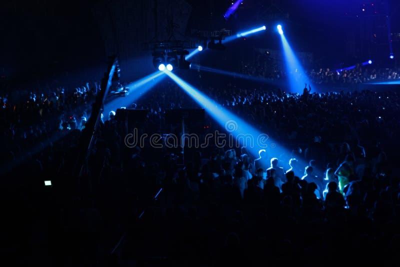 Projector azul no concerto foto de stock