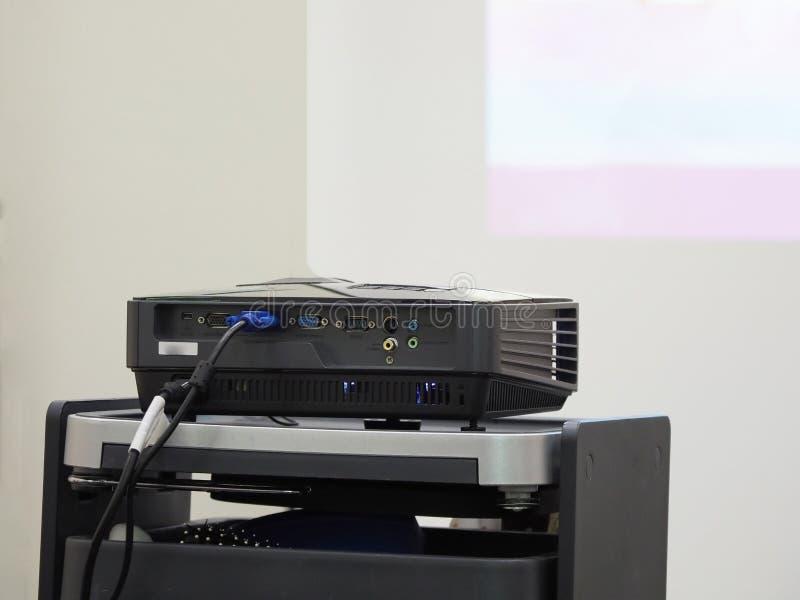 Projector op een lijst klaar voor presentatie stock afbeelding