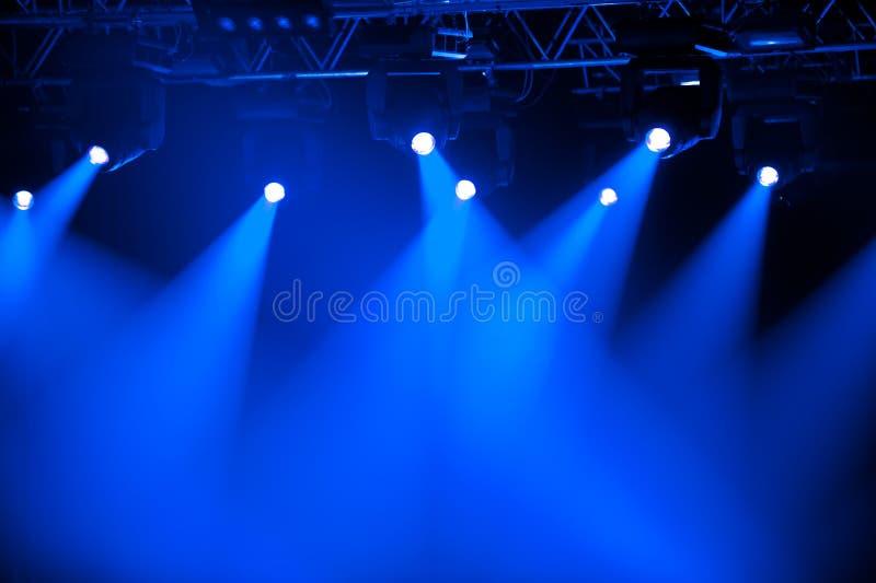 Projectores azuis do estágio foto de stock
