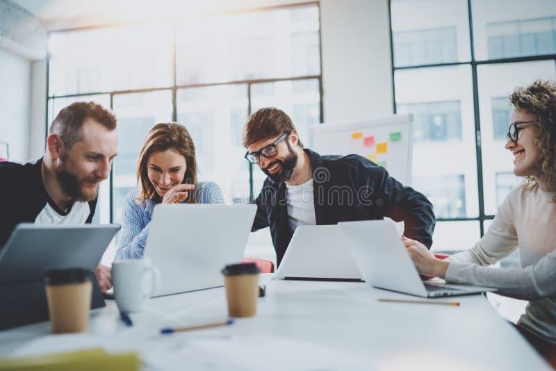 Projectteam die in vergaderzaal op kantoor samenwerken Het procesconcept van de medewerkersbrainstorming horizontaal vaag stock foto's