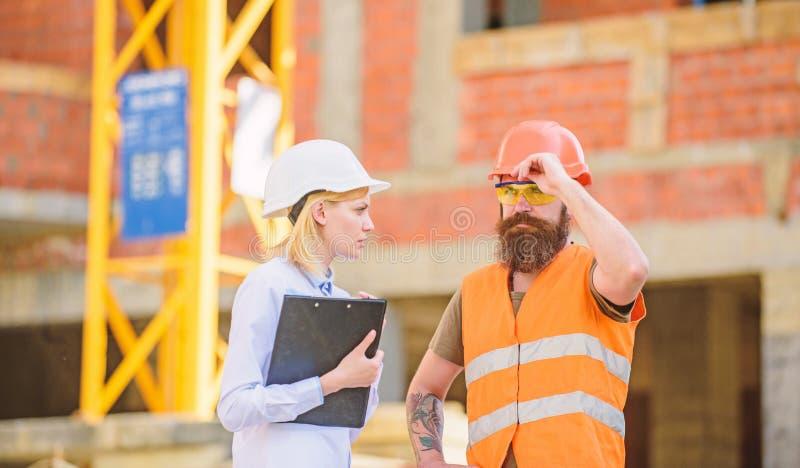 Projekta budowlanego sprawdza? Budowy inspekcja, korekcje i grzywny, Dyskutuje post?pu projekt Bezpiecze?stwo obrazy royalty free