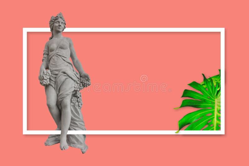 Projekta pojęcie sztandar lub druk dla reklamy kampanii Rodzajowa kobiety statua w greckim, rzymskim stylu na koralowym tle/ zdjęcia royalty free
