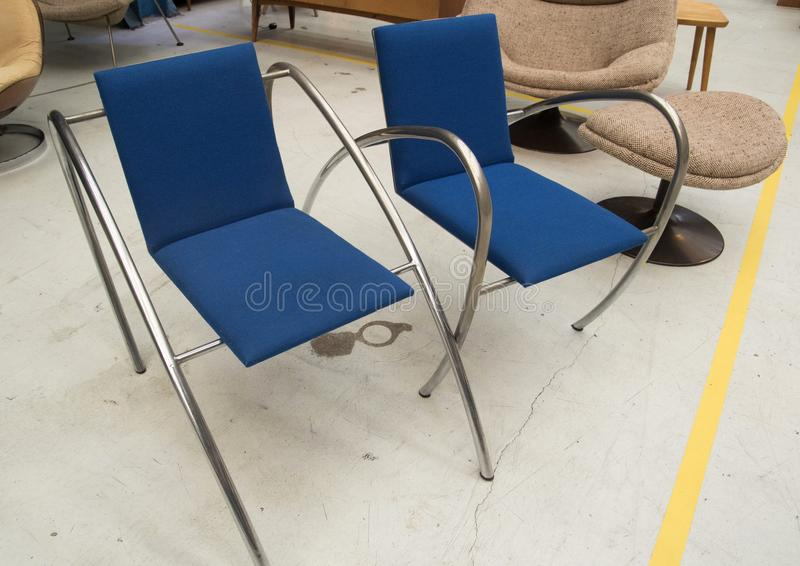 Projektantów krzesła przy rocznika meble jarmarkiem obrazy stock
