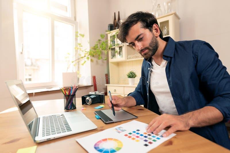 Projektant grafik komputerowych pracuje na cyfrowej pastylce obraz royalty free
