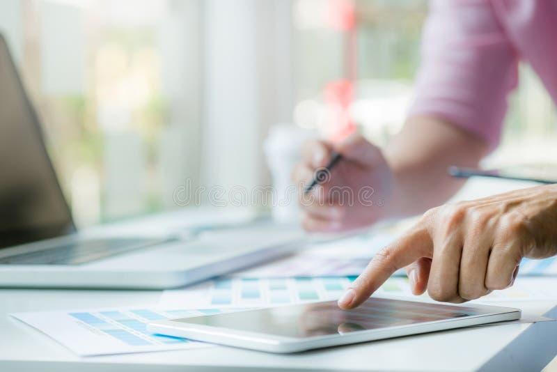 Projektant grafik komputerowych pracuje na kolor mapie przy nowożytnym biurem zdjęcia royalty free