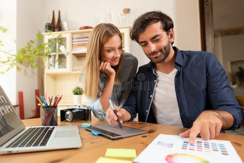 Projektant grafik komputerowych pracuje na projekcie obraz stock