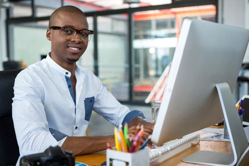 Projektant grafik komputerowych pracuje przy biurkiem obraz stock