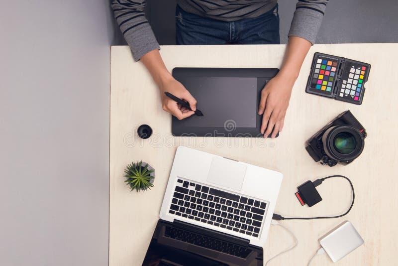 Projektant grafik komputerowych pracuje z cyfrową pastylką przy biurkiem Odgórny widok zdjęcie royalty free