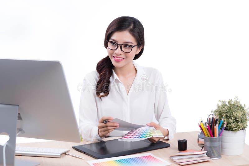 Projektant grafik komputerowych przy pracą Azjatycki kobiety obsiadanie na biurku obraz stock