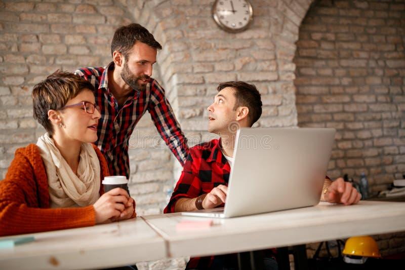 Projektant grafik komputerowych spotyka - drużynowy działanie obrazy royalty free