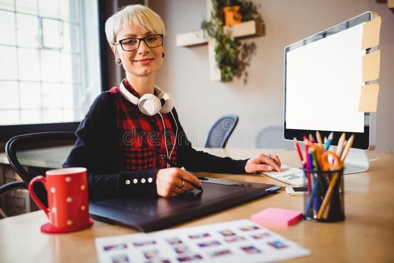 Projektant grafik komputerowych używa grafiki pastylkę zdjęcia stock