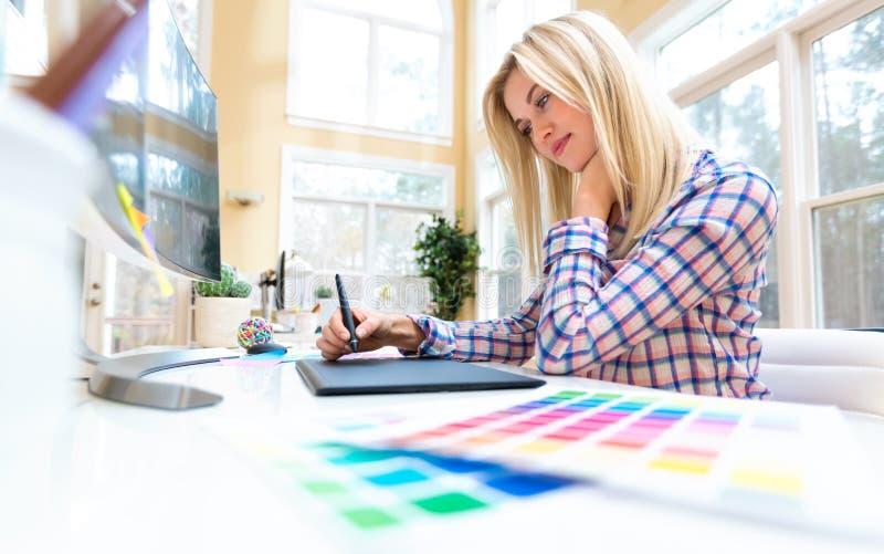 Projektant grafik komputerowych używa jej graficzną pastylkę obrazy royalty free