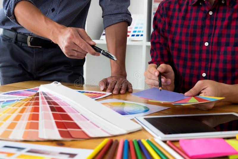 Projektant grafik komputerowych wybieraj? kolory od kolor?w zespo??w pr?bek dla projekta Projektant tw?rczo?ci pracy graficzny po zdjęcie royalty free