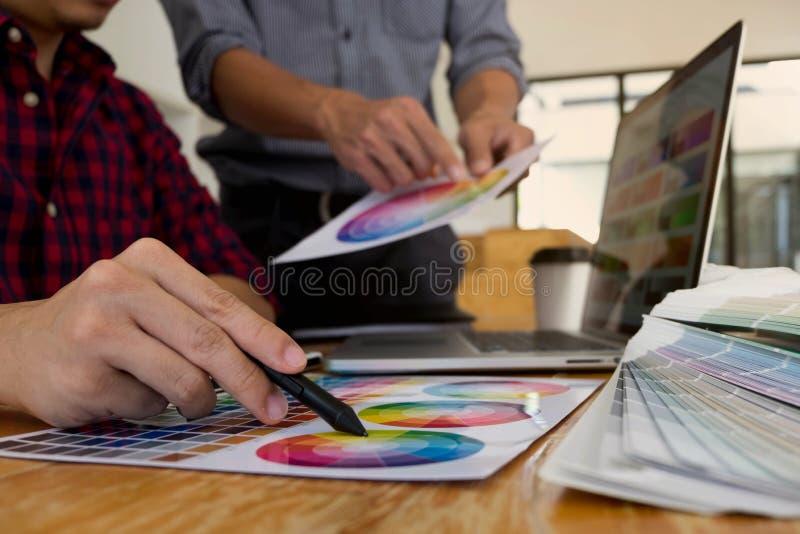 Projektant grafik komputerowych wybieraj? kolory od kolor?w zespo??w pr?bek dla projekta Projektant tw?rczo?ci pracy graficzny po obrazy stock