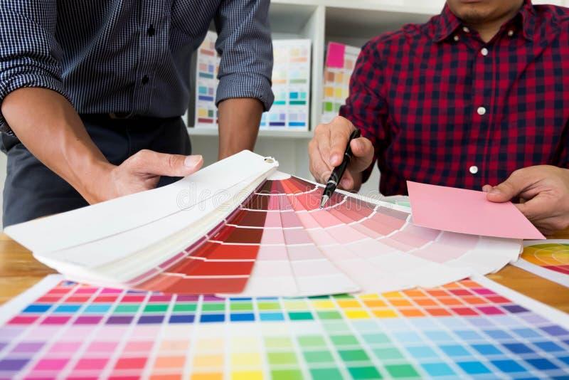Projektant grafik komputerowych wybieraj? r??owych brzmienia od kolor?w zespo??w projektowa? pomys?y, kreatywnie projekty, projek obraz stock