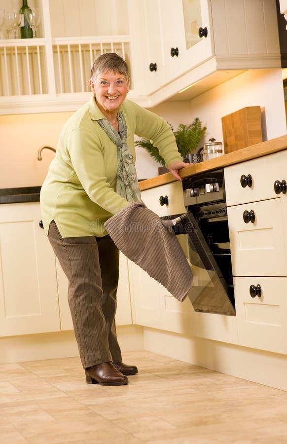 projektant kobieta szczęśliwa kuchenna stara zdjęcie royalty free
