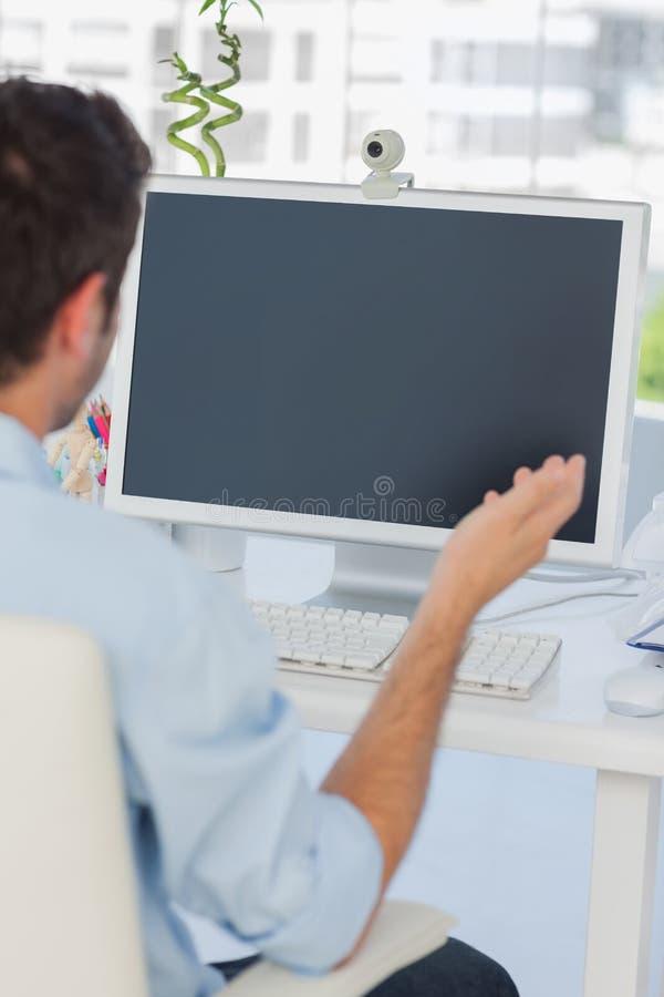 Projektant ma wideo gadkę w jego biurze zdjęcia royalty free