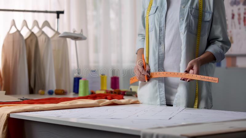 Projektant mody iść rysować wzór według klienta rozmiaru, odziewa robić fotografia royalty free