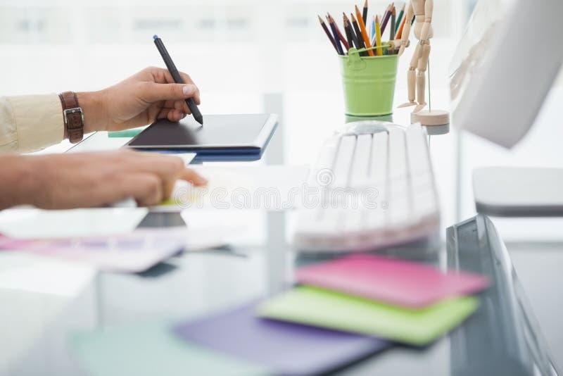Projektant pracuje przy biurkiem używać digitizer obrazy stock