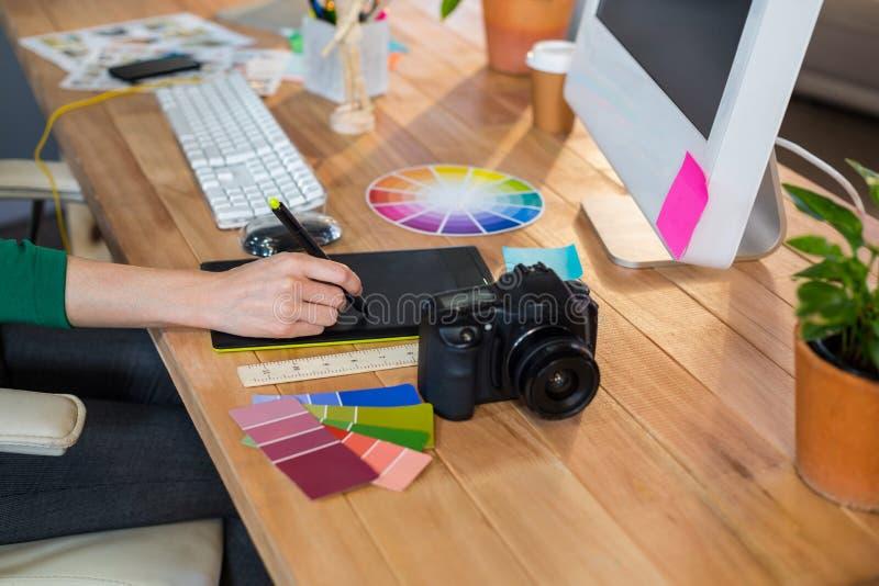 Projektant pracuje z colour digitizer i kołem obrazy royalty free