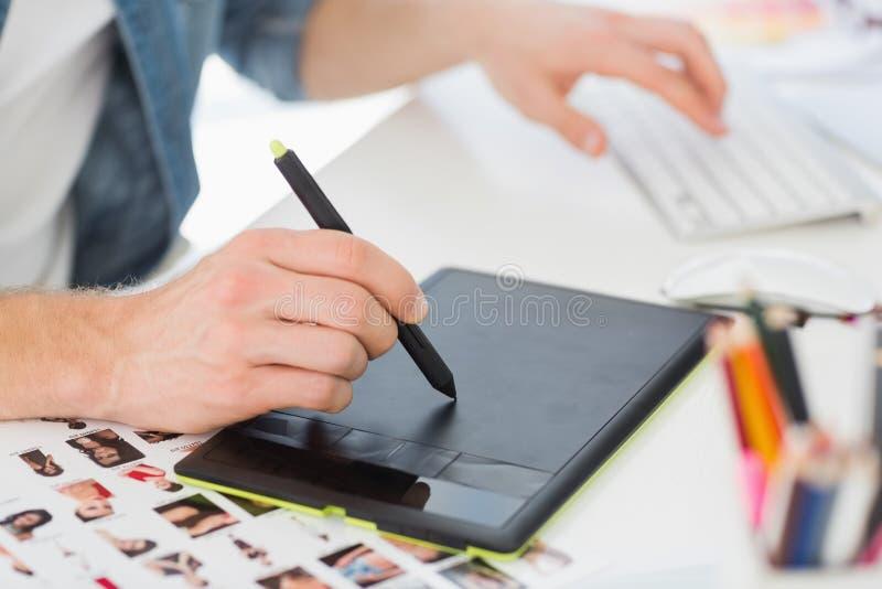 Projektant pracuje z digitizer przy jego biurkiem zdjęcie stock