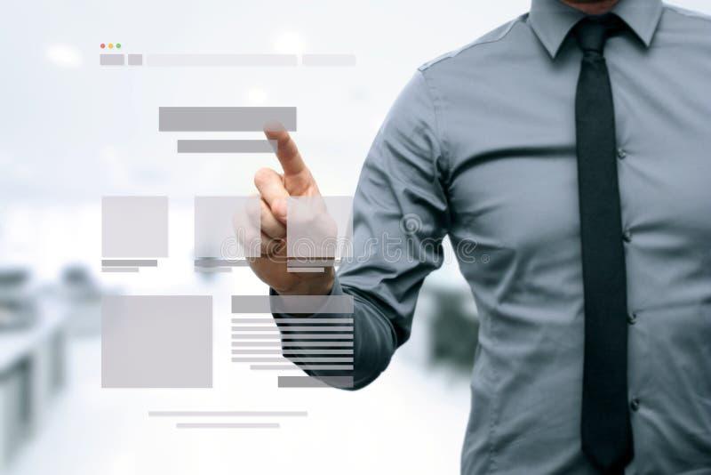 Projektant przedstawia strona internetowa rozwoju wireframe obraz stock