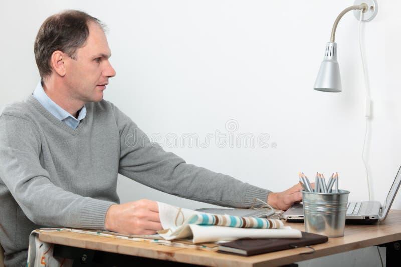Projektant przy biurkiem zdjęcia stock