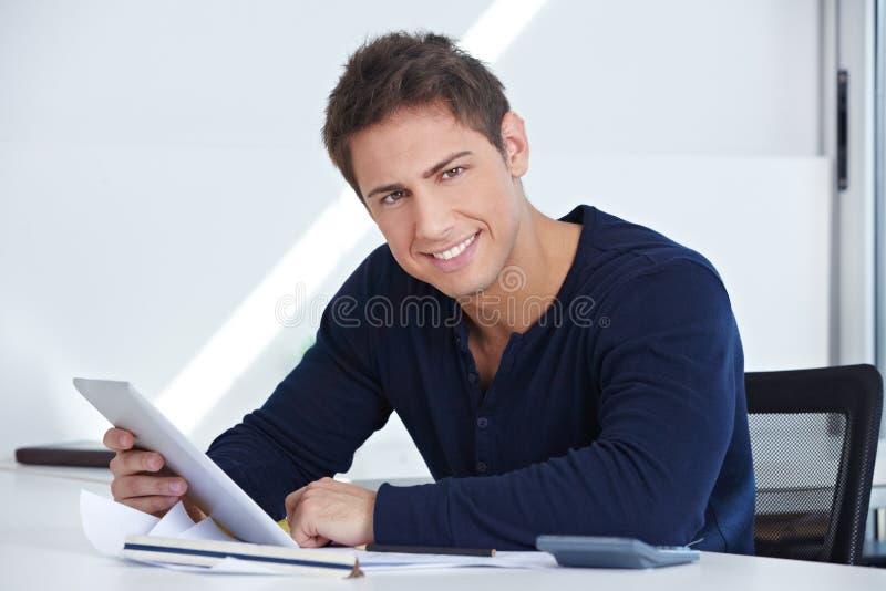 Projektant przy biurkiem z pastylki komputerem obrazy stock
