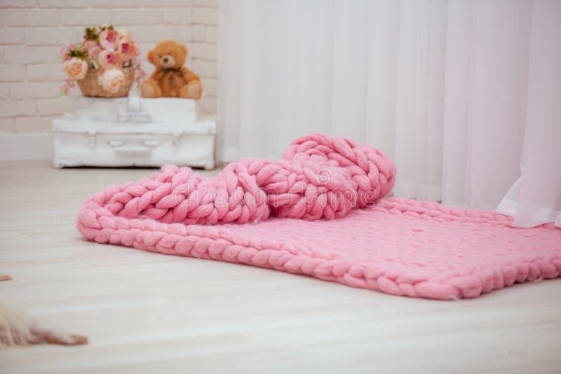 projektant różowe Merynosowe koc rozprzestrzeniają za podłodze na fotografia stock
