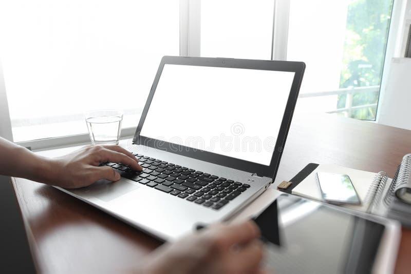Projektant ręka pracuje z stylus, cyfrową pastylka i laptop fotografia royalty free