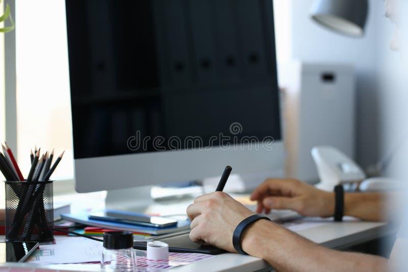 Projektant ręki męskiego chwyta ochraniacza graficzny pióro pracuje na projekcie obraz royalty free