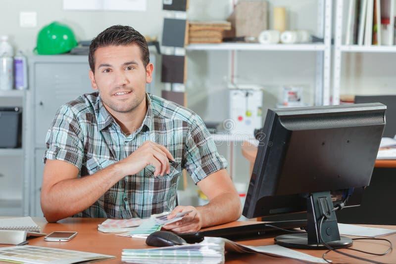 Projektant siedzący przy biurkiem fotografia royalty free