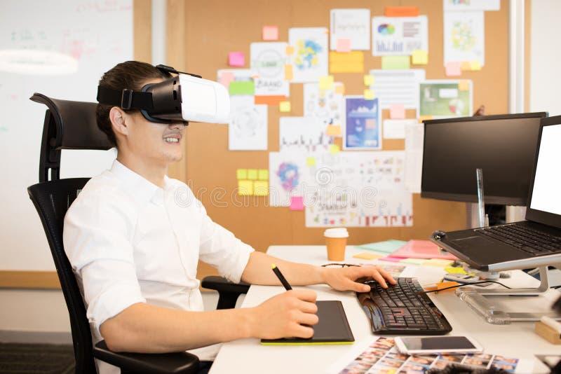 Projektant używa digitizer i VR szkła podczas gdy pracujący fotografia stock