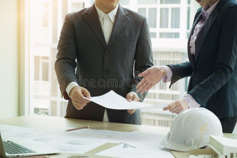 Projektant wnętrz drużynowy planowanie z budowa domem obraz stock