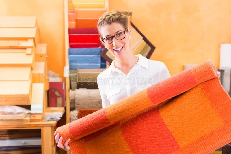 Projektant Wnętrz kupienia carpeting lub dywanik zdjęcia royalty free