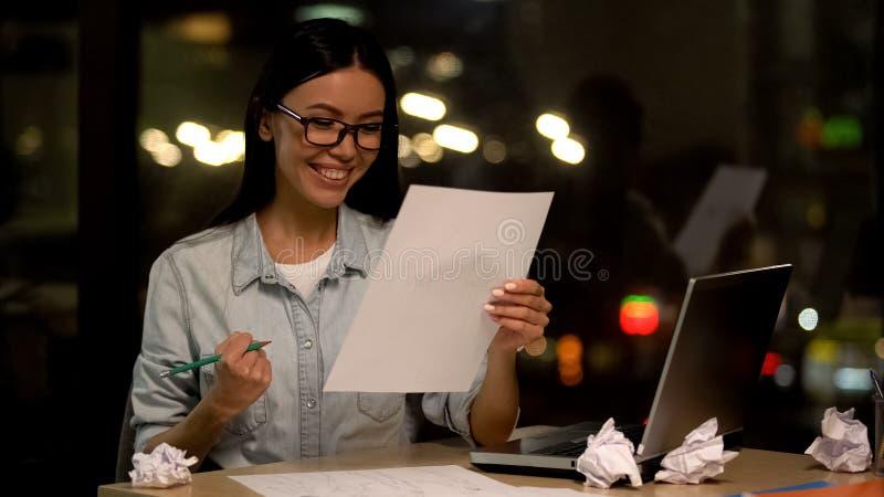 Projektant wnętrz patrzeje nakreślenie pokazuje tak gest, zadowolonego z pracą zdjęcie stock