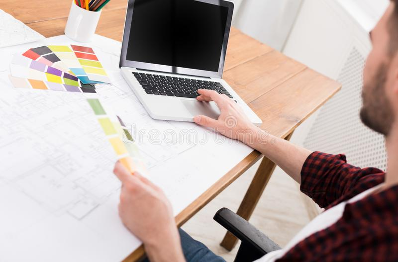 Projektant wnętrz pracuje z paletą zdjęcie stock