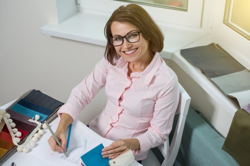 Projektant wnętrz - remisy przy biurkiem w biurze z ołówkiem obraz royalty free