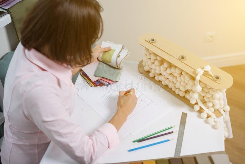 Projektant wnętrz remisy przy biurkiem z ołówkiem zdjęcia royalty free