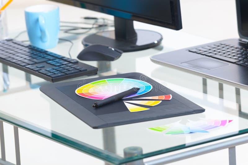 Projektanta miejsca pracy komputer i graficzna pastylka ilustracja wektor