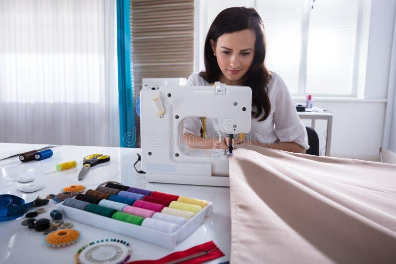 Projektanta Mody zaszywania tkanina Na Szwalnej maszynie obrazy stock