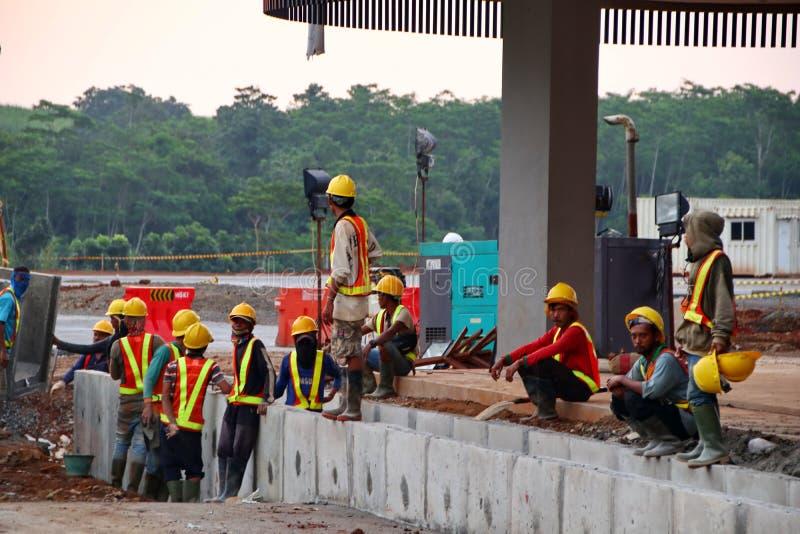 Projektarbetare, när behandla vattenvägar i konstruktionen arkivfoton