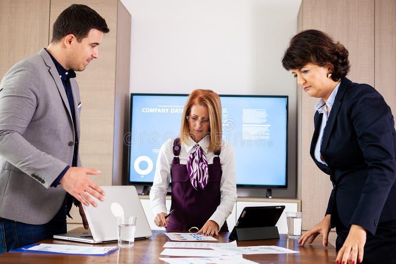 Projektchef som gratulerar arbetsvicevärden med lyckade resultat i kontoret royaltyfria bilder