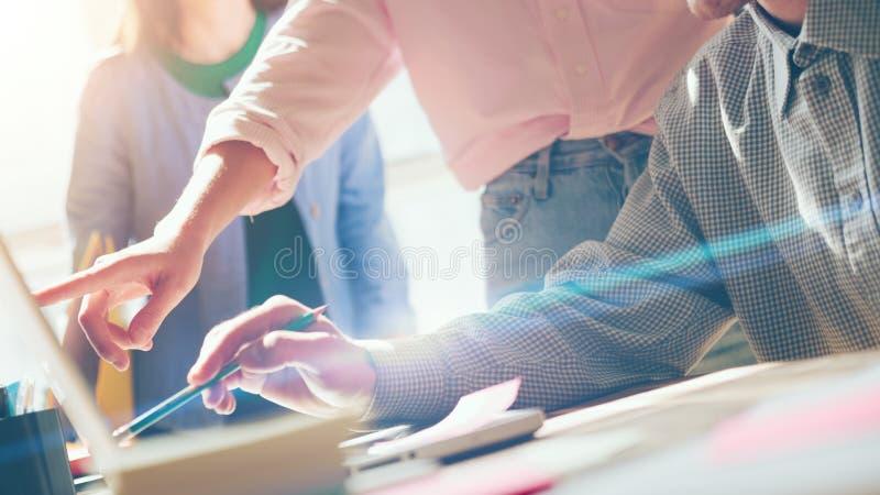 Projektdiskussion lag för affärsmöte Bärbar dator och skrivbordsarbete på tabellen Filmeffekt, oskarp bakgrund royaltyfri fotografi