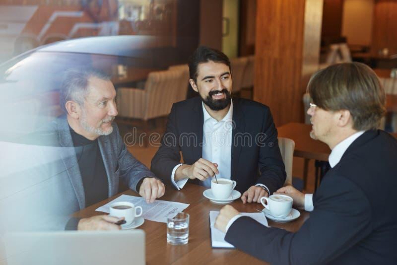 Projektdiskussion während der Kaffeepause lizenzfreie stockfotos