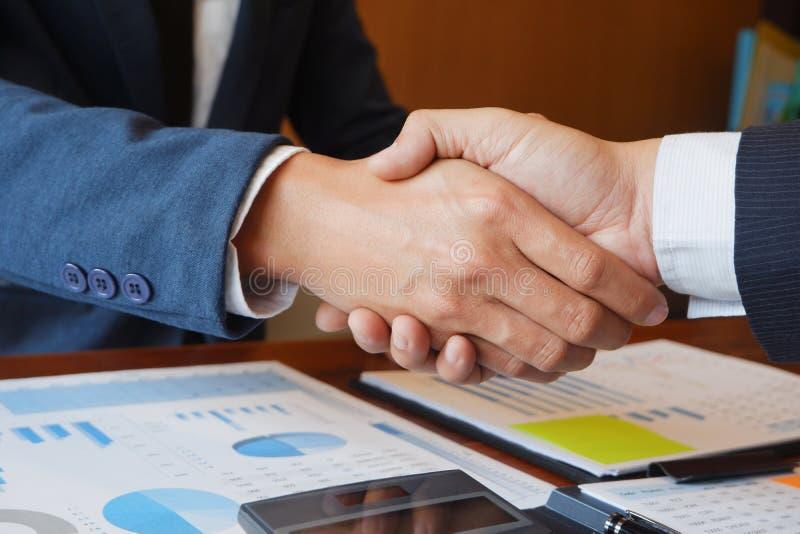 Projektet för rapporten för idékläckning för mötet för affärsmannen för affärsmanhandskakningen analyserar det konsulterande arkivbilder