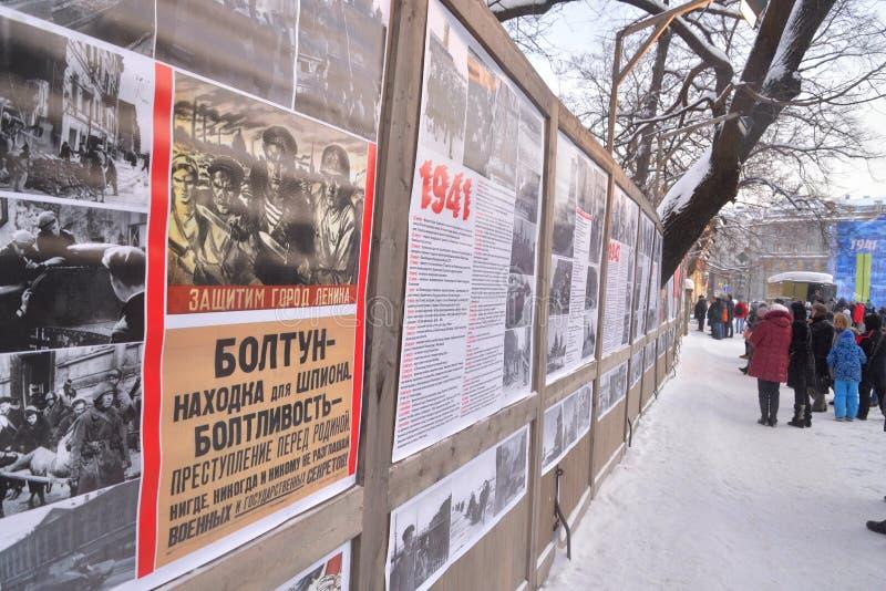 Projektgatalivet Ställning med sovjetiska krigpropagandaaffischer arkivfoto
