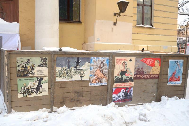 Projektgatalivet Ställning med sovjetiska krigpropagandaaffischer arkivbild