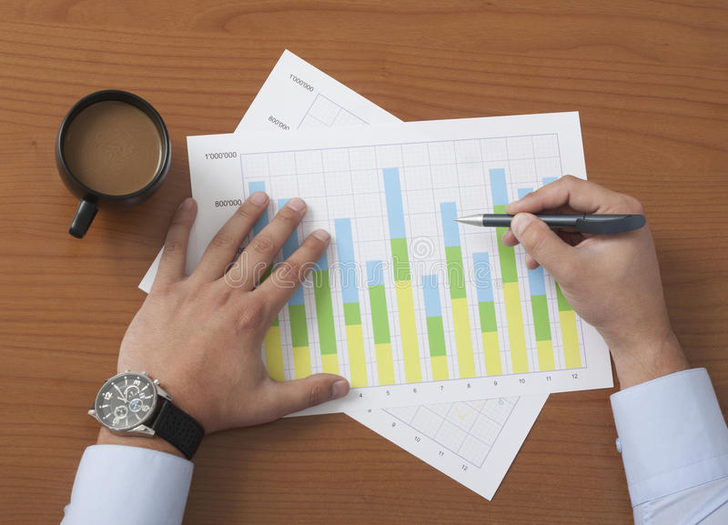 Projektleiter analysieren Daten stockfotos