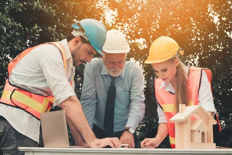 Projektleiterteam von den Ingenieuren und von Architekten, die a besprechen stockfotos